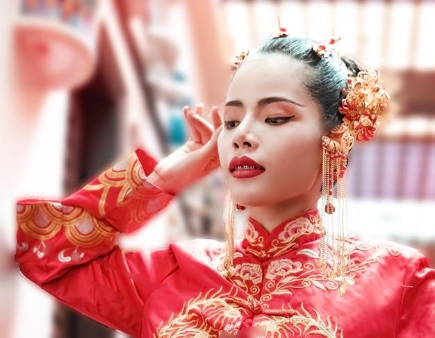 中国の衣装を着ている美しい女性<portrait of model posing,new year festival,blurry light around