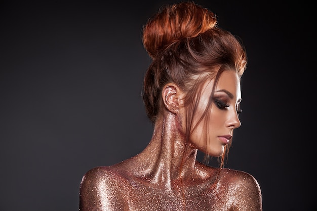 Портрет модели с креативным макияжем
