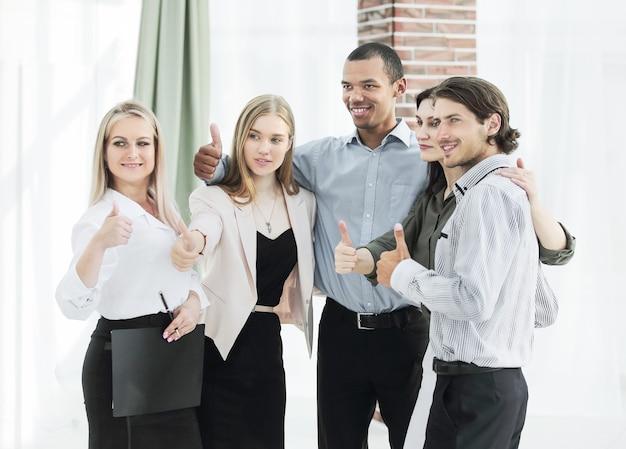 Портрет современной бизнес-команды показывает палец вверх