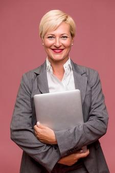 Портрет современного бизнес-леди стоя