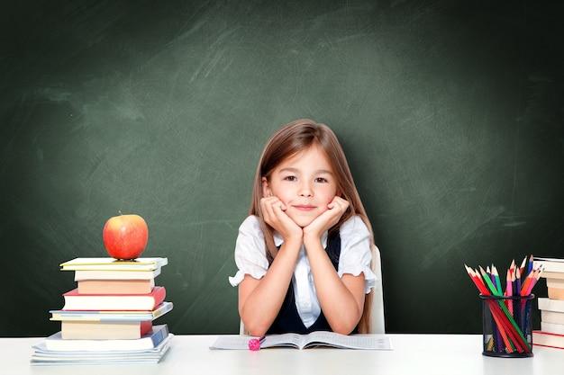 Портрет современной, счастливой и милой предназначенной для подростков школьницы.