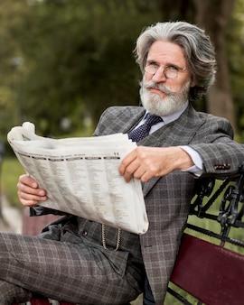 新聞を読んでいる現代人の肖像画
