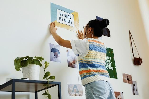 Портрет современной девочки-подростка, висящий в моей комнате, плакат с моими правилами на стене в комнате, копией пространства