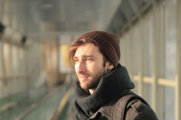 現代の若い男の肖像画。街の暮らし。