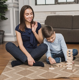 Портрет мамы, наблюдая, как сын играет