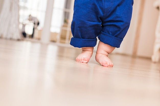 母親と赤ちゃんの足の肖像画。最初のステップ。