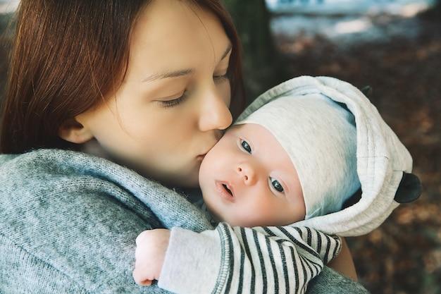 母親と赤ちゃんの肖像画母親の手で眠っている新生児