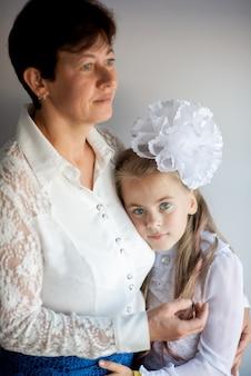 学校初日の母と娘の肖像画