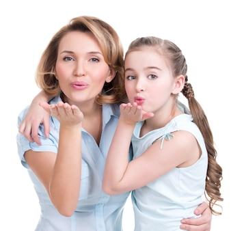 母と娘の肖像画がキスを送る-白で撮影されたスタジオ