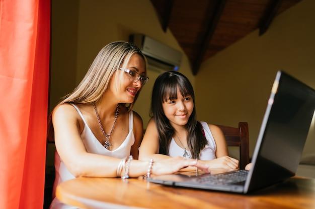 Портрет матери и дочери с помощью ноутбука.