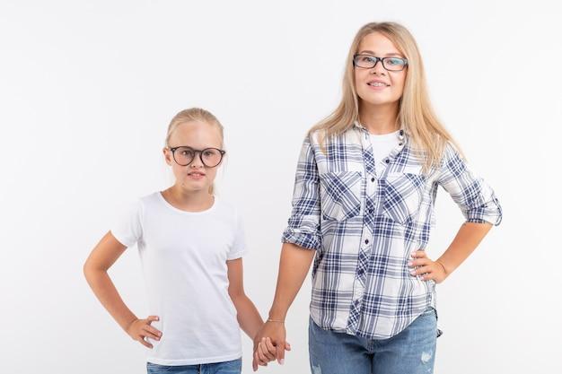 白い壁に眼鏡をかけた母と娘の肖像画