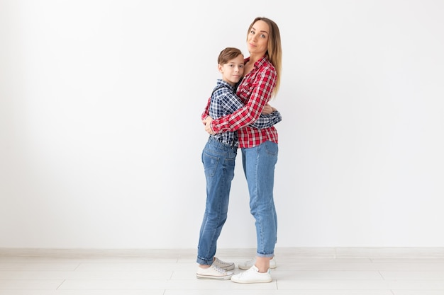 格子縞のシャツを着た母と息子の肖像画