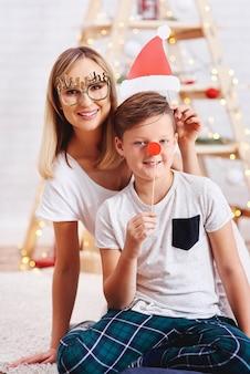 어머니와 크리스마스 시간에 아들의 초상화