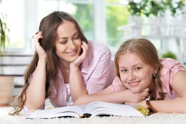 宿題で娘を助ける母親の肖像画