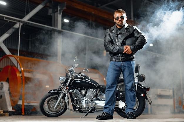 黒革の衣装でバイクライダーの肖像画