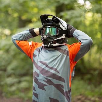 ヘルメットを持つバイクライダーの肖像画