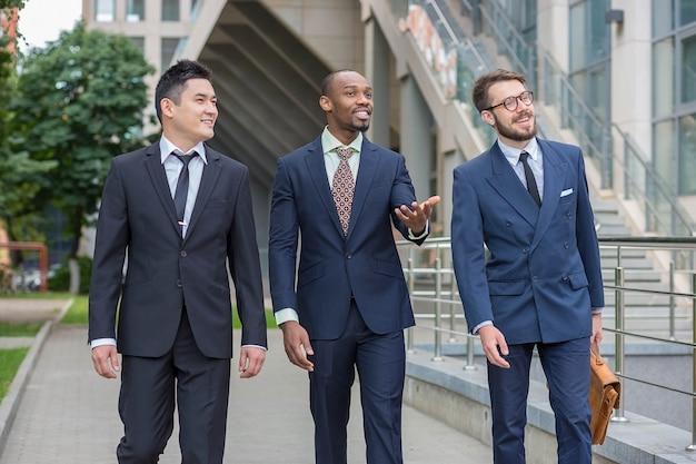 다중 민족적인 비즈니스 팀의 초상화
