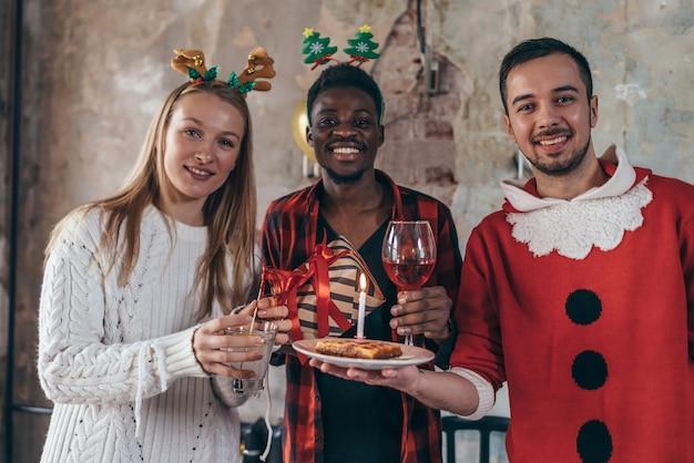 크리스마스를 축하하는 음료와 함께 다민족 친구의 초상화