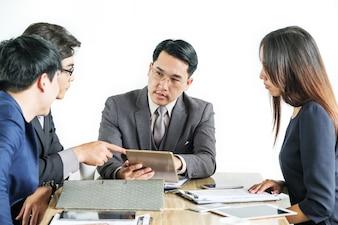 会議での多人数ビジネスマンのブレーンストーミングの肖像