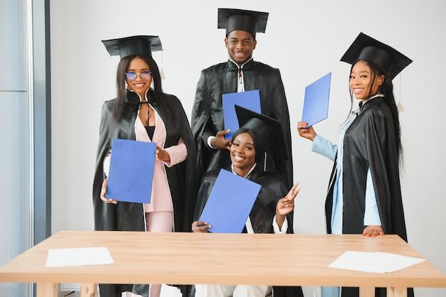卒業証書を保持している多民族の卒業生の肖像画