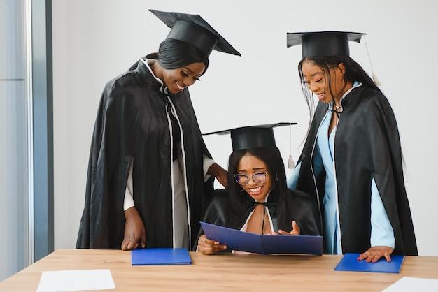 Портрет многорасовых выпускников с дипломом Premium Фотографии