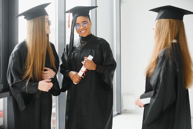 Портрет многорасовых выпускников с дипломом
