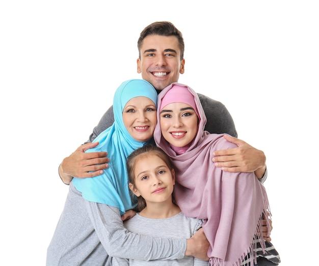 흰색 바탕에 이슬람 가족의 초상화