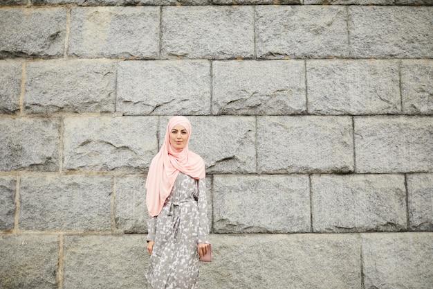 히잡에 무슬림 아가씨의 초상
