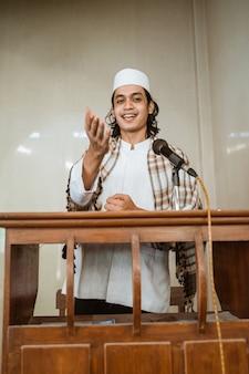 모스크에서기도 시간 동안 이슬람에 대해 공유하는 이슬람 남성 설교자 연설의 초상화