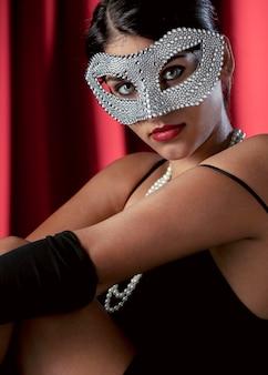カーニバルマスクを持つ謎の女性の肖像画