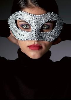 카니발 마스크와 신비한 여자의 초상화