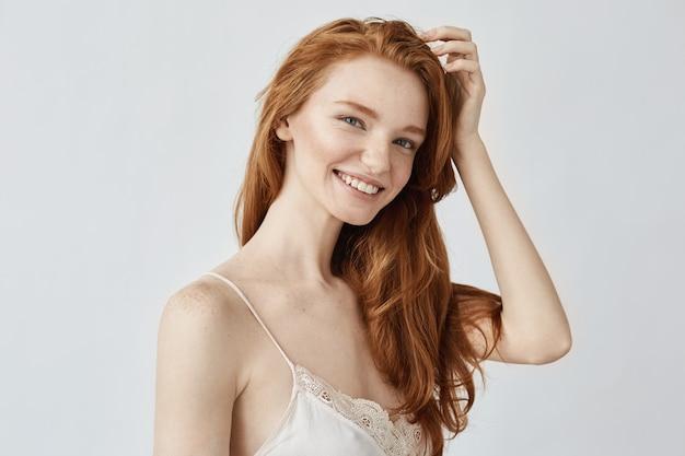 笑みを浮かべて自然な赤毛の女性の肖像画。
