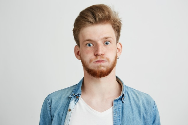 Портрет нервного молодого человека с бородой.