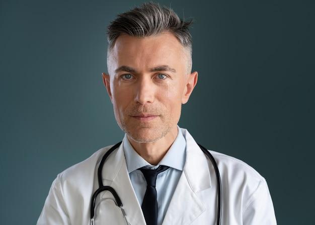 中立的な男性医師の肖像画