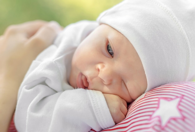 母親の胸に横たわっている新生児の肖像画、母親は優しく新生児を抱きしめる、クローズアップ
