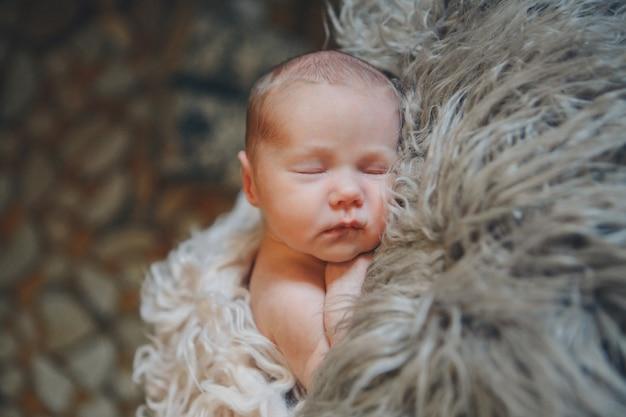 흰색 배경에 신생아의 초상화
