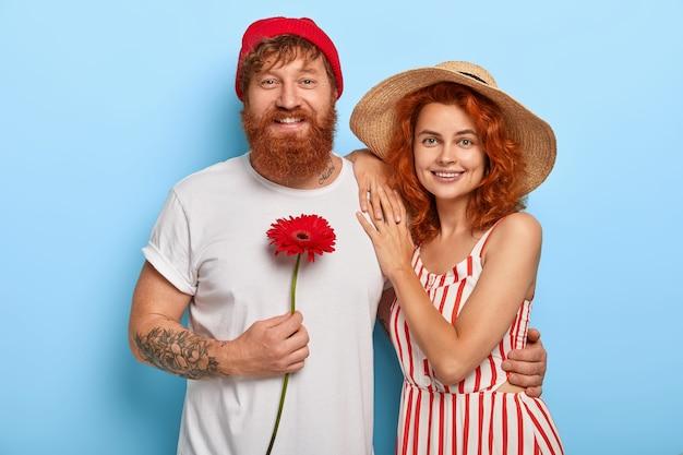 新婚旅行の準備ができて新婚カップルの肖像画