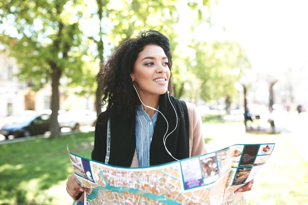 Портрет красивой афро-американской девушки мечтательно