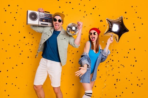 밝고 선명한 노란색 배경에서 격리된 멋진 레저 록 팝 히트 나이트 클럽에서 춤을 추는 멋진 멋진 쾌활한 흥분된 행복한 커플 친구 우정의 초상화