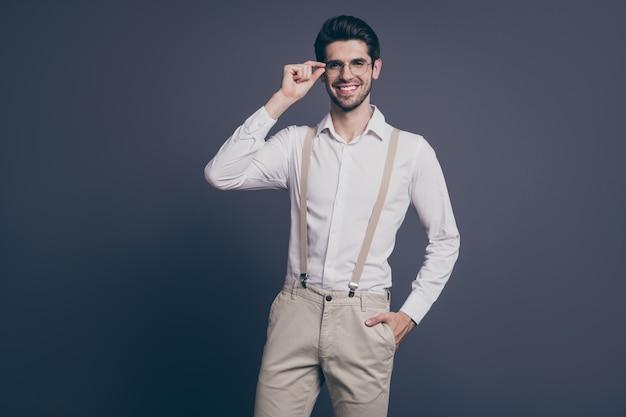 쾌활한 쾌활한 콘텐츠 brunet 남자 금융 부동산 중개인 중개인 회사 소유자 감동 사양을 부과 좋은 매력적인 전문가의 초상화.