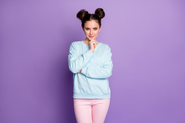 素敵な巧妙な成功した仕事の専門家の若い女の子の肖像画タッチ手あご準備ができて選択する仕事の決定ソリューション鮮やかな色の背景の上に分離された若者スタイルの服を着る