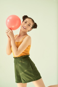 Портрет красивой милой милой очаровательной привлекательной милой веселой жизнерадостной позитивной девушки, держащей воздушный шар