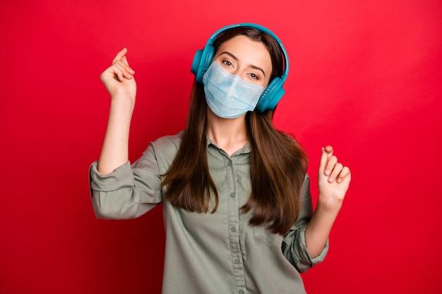 素敵な健康な女の子の肖像画は安全マスクを着用しますヒット滞在ホームcov感染予防策を聞きます