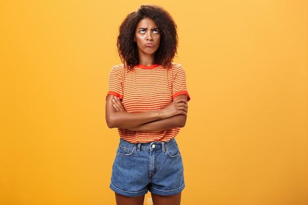 아프로 헤어 스타일 찡그린 불쾌 하 고 우울한 불쾌 하 게 아프리카 계 미국인 젊은 여자의 초상화.