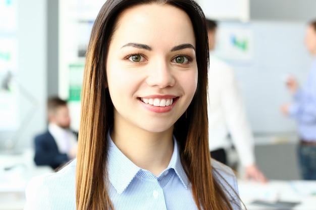 笑顔のオフィスの女性の肖像画