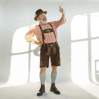 전통적인 바이에른 옷을 입고 옥토버 페스트 남자의 초상화