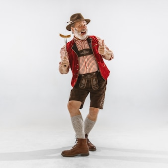 バイエルンの伝統衣装を着たオクトーバーフェストの男性のポートレート