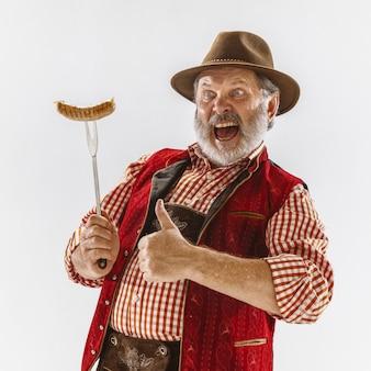 Портрет старшего мужчины октоберфеста в шляпе, в традиционной баварской одежде