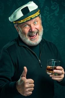 黒いセーターの古い船長または船乗りの男の肖像