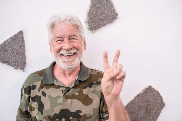 Портрет старого старшего оптимистичного человека, улыбающегося, делая положительный знак рукой. выражение лица белые волосы, белый фон